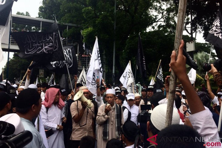 Masses rallying for defend Tawheed 211 throng Monas horse statue
