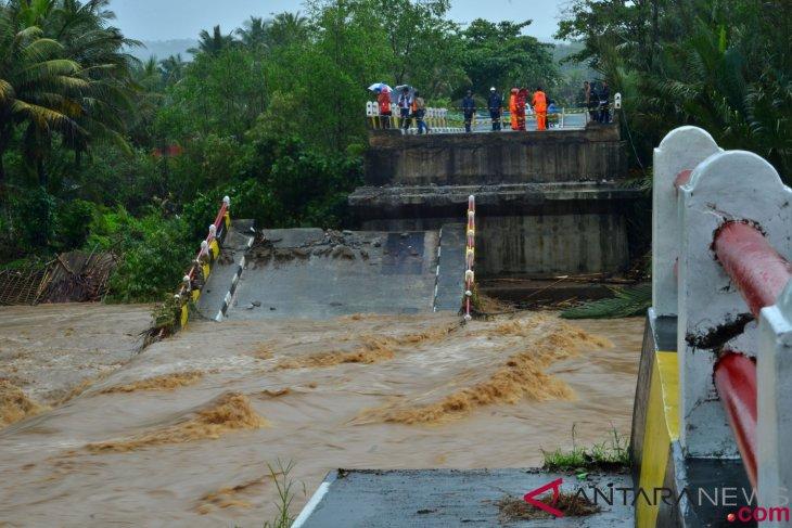 BNPB warns of possible floods, landslides, whirlwind during rainy season