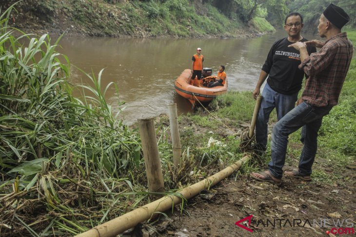 Floods hit East, South Jakarta as Ciliwung river spills over its bank