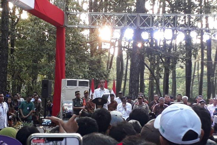 Presiden tegur petani karet yang kampanye saat pembagian SK Perhutanan Sosial
