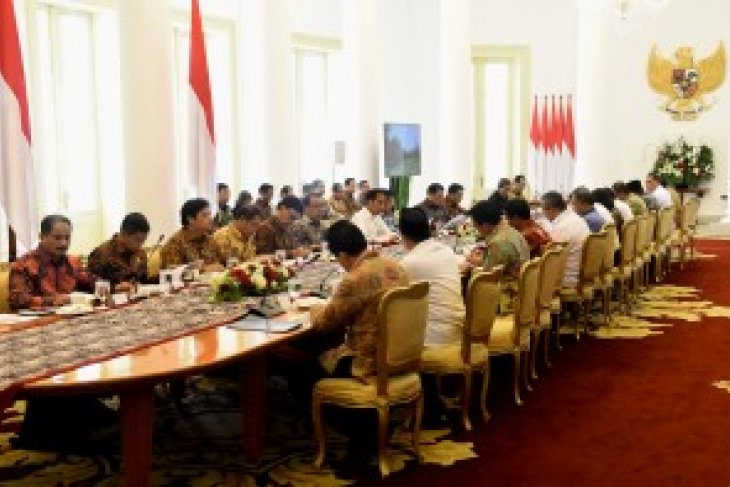 President Jokowi chairs limited cabinet meeting on human resources