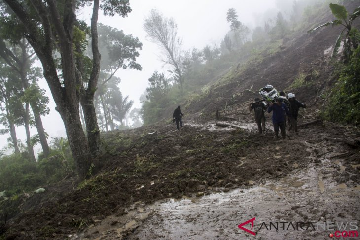 Rescuers search for 41 missing people in Sukabumi landslide