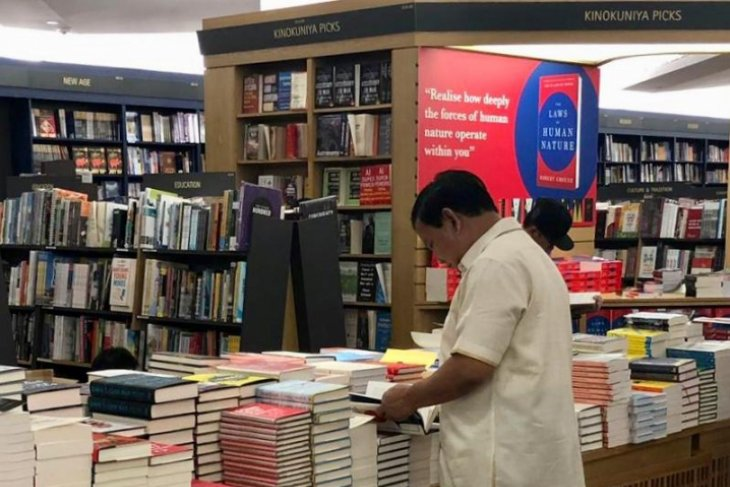Prabowo Subianto goes book hunting in Singapore