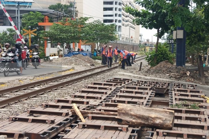 Pemasangan Block Rel Depan RSI Ahmad Yani Surabaya Molor