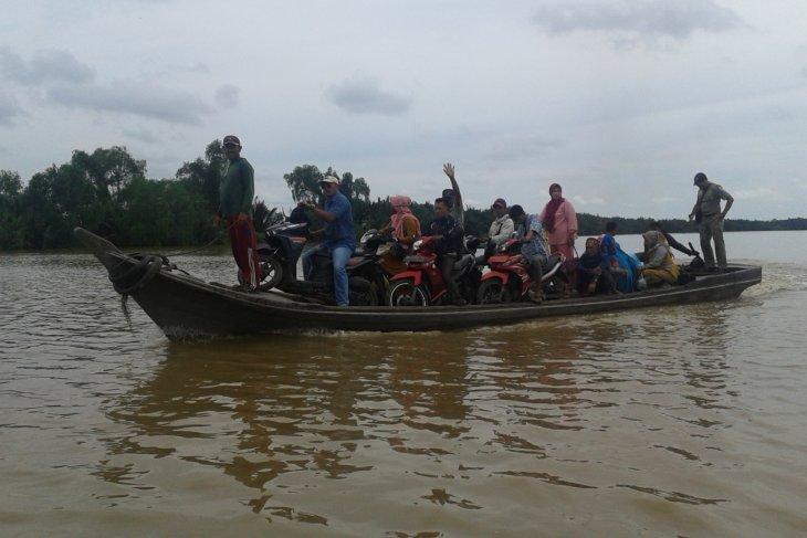 Perahu penyeberangan warga Desa Pemusiran Nipah