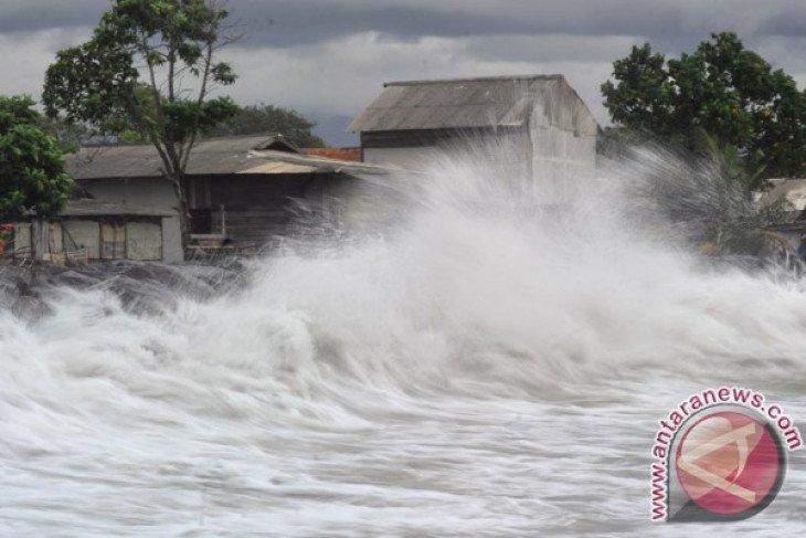Biduan dangdut ikut terseret gelombang perairan Tanjung Lesung