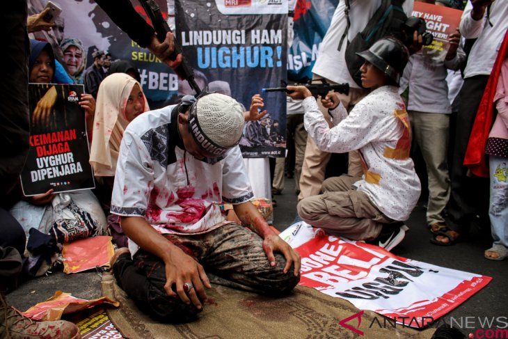 Demonstrators burn Chinese flag to protest violation of Uighur Mslims` human rights