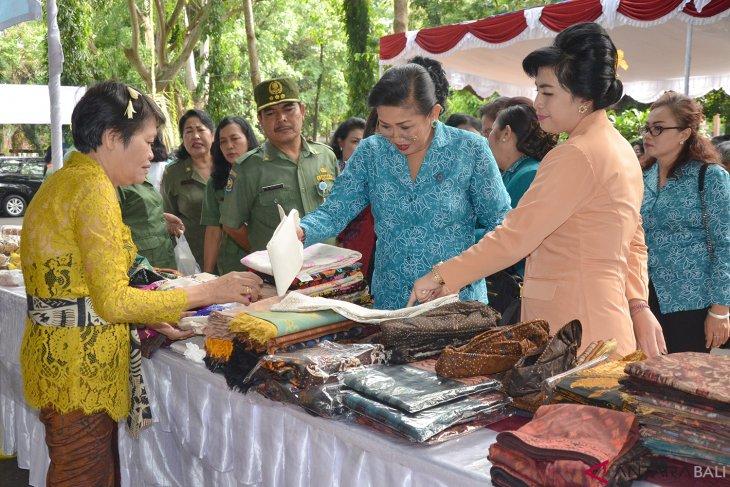 Tim PKK Bali adakan pasar murah sambut Galungan