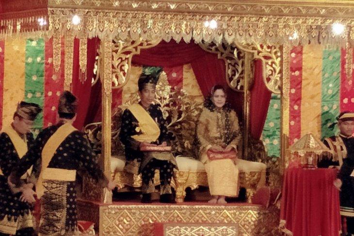 President Jokowi receives degree of the faithful series in Riau