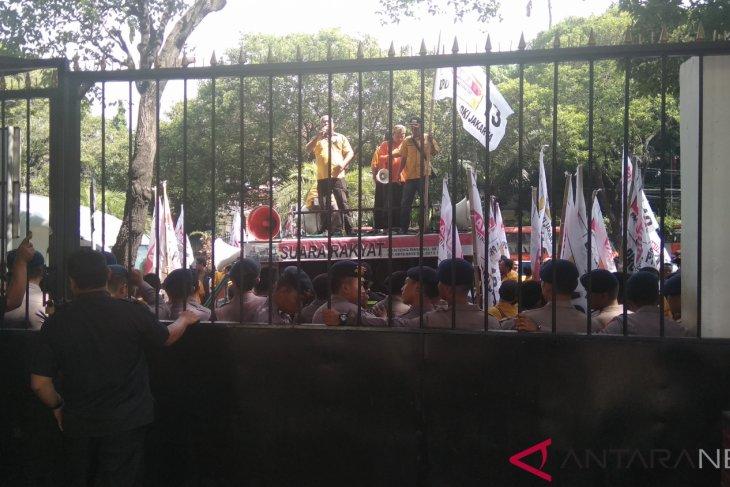 Ratusan Massa Hanura Demonstrasi Tuntut KPU RI Loloskan OSO