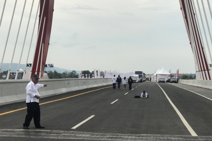 Four sections of Trans-Java toll road officially operational
