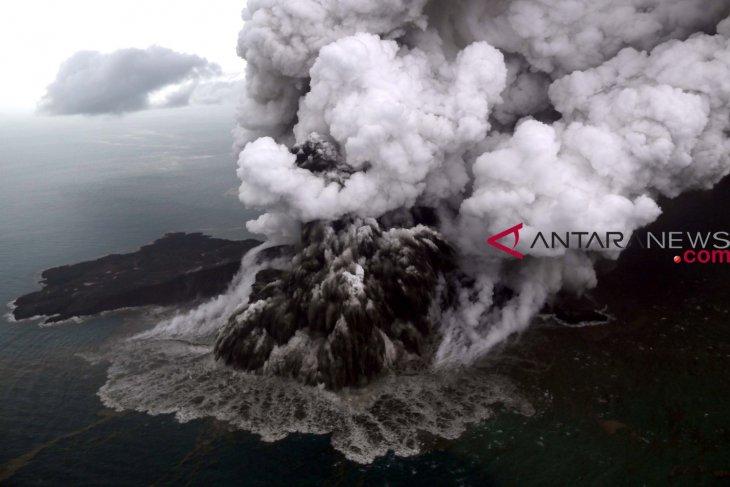 Thousands flee after Mount Anak Krakatau`s alert status raised to Level III