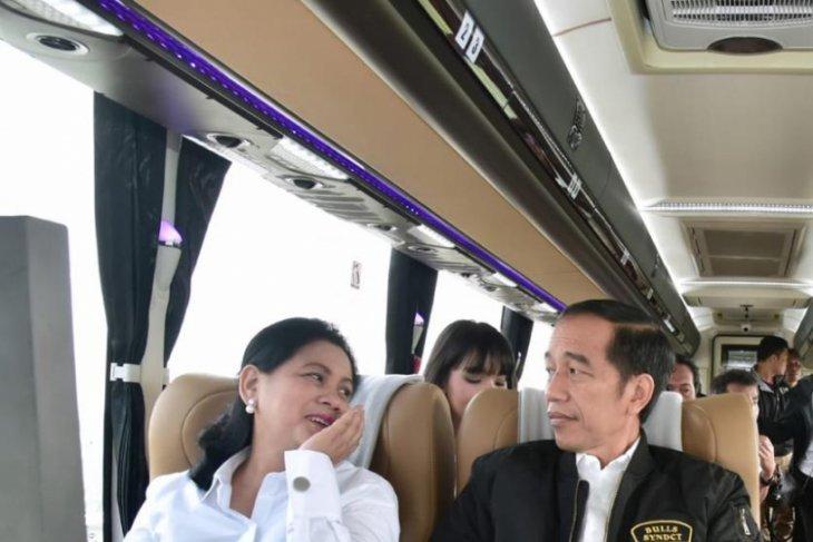 Presiden jajal tol Trans-Jawa bareng milenial dan pekerja proyek
