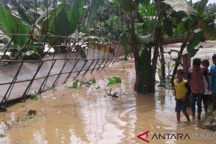 Rambin terbalik, puluhan warga hanyut di Sungai Bilah