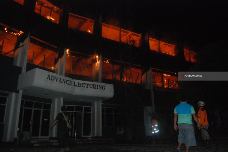 Lima Unit PMK Dikerahkan Padamkan Kebakaran Undar Jombang