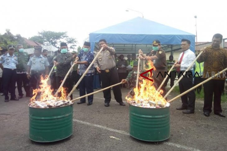 Polisi tembak mati dua pengendali sindikat sabu Malaysia