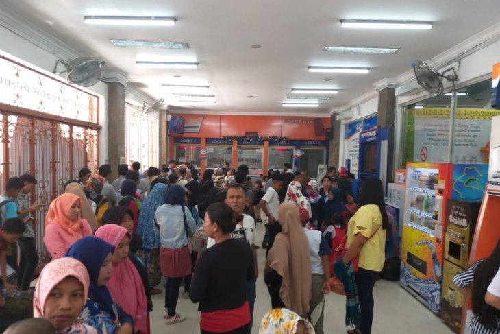 Penumpang KA di Stasiun Besar Medan