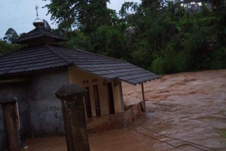 Sukabumi dilanda banjir longsor dan puting beliung