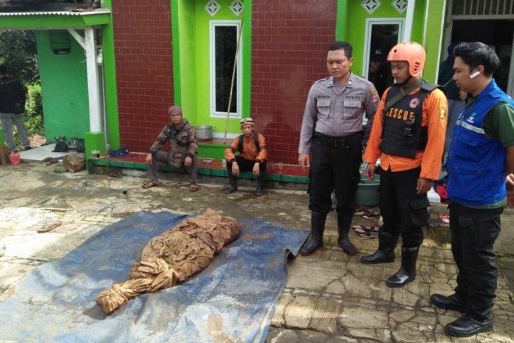 Puluhan makam di Nagrak Sukabumi tergerus longsor