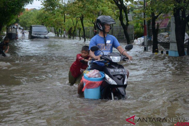 Heavy rain triggers flooding in Makassar