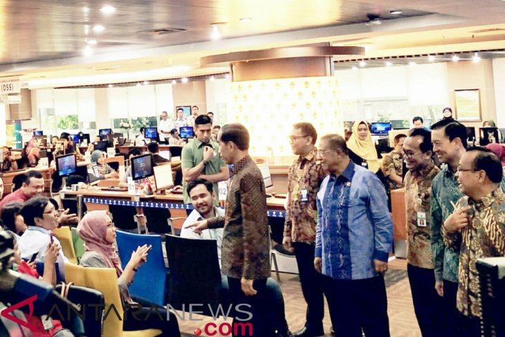 President Jokowi checks Online Single Submission Service for investors