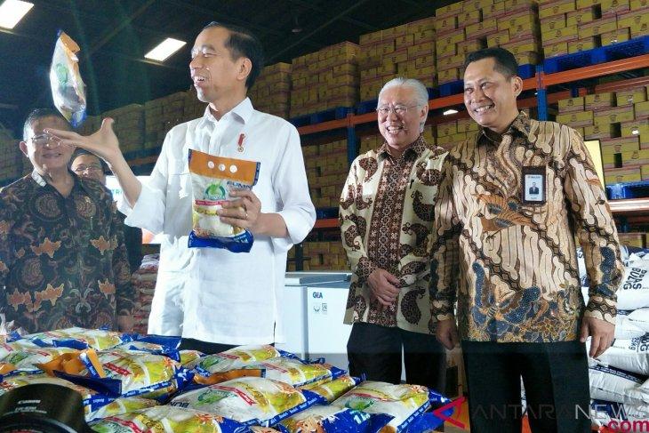 Indonesian President observes rice stock availability at Jakarta`s Bulog warehouses
