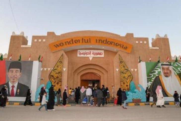 Visitors to Indonesian pavilion at Janadria Festival enjoy several heritage and cultural displays