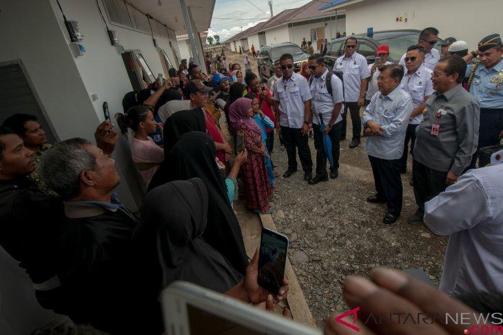 Kalla monitors temporary shelters for Palu earthquake victims