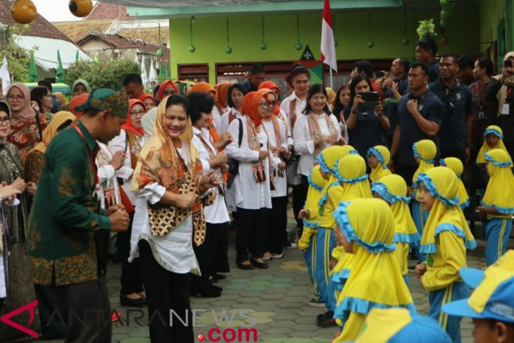 First Lady in Banyuwangi grows hydroponic plants with PAUD children