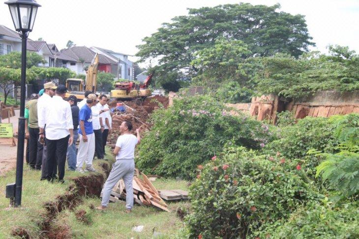 Sekitar 230 meter tanggul Kemang Pratama dikhawatirkan ambruk