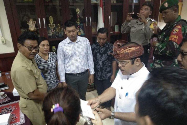 Pemprov Bali beri santunan korban tanah longsor Batubulan