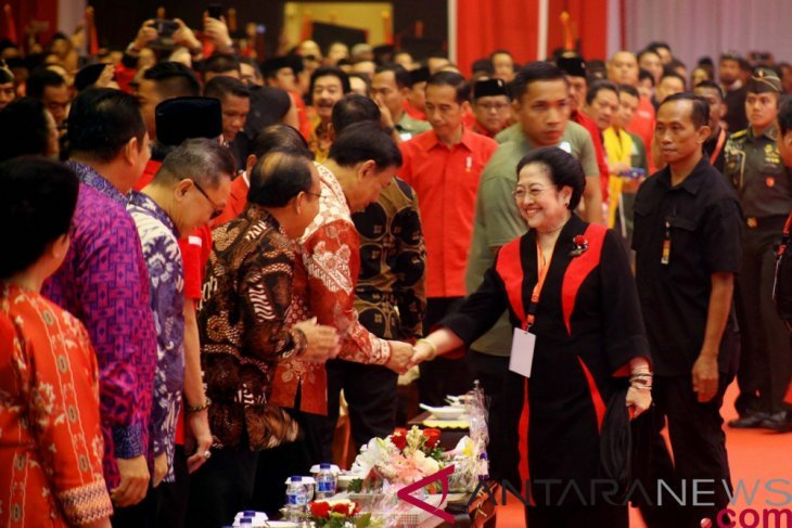Presiden Jokowi terima potongan tumpeng pertama dari Megawati