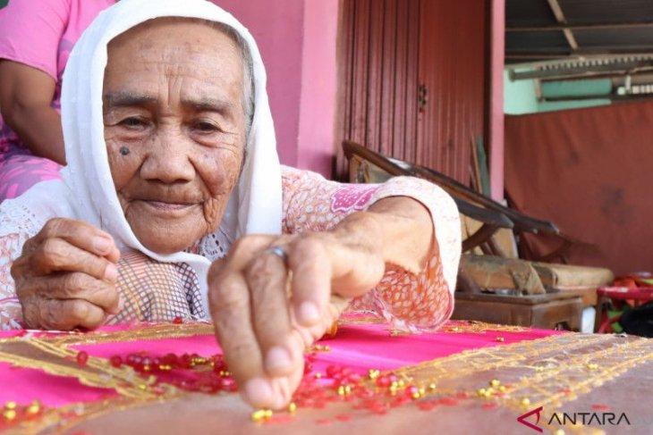 Nuraya jadi penyulam tertua asal Pariaman yang masih aktif berkarya