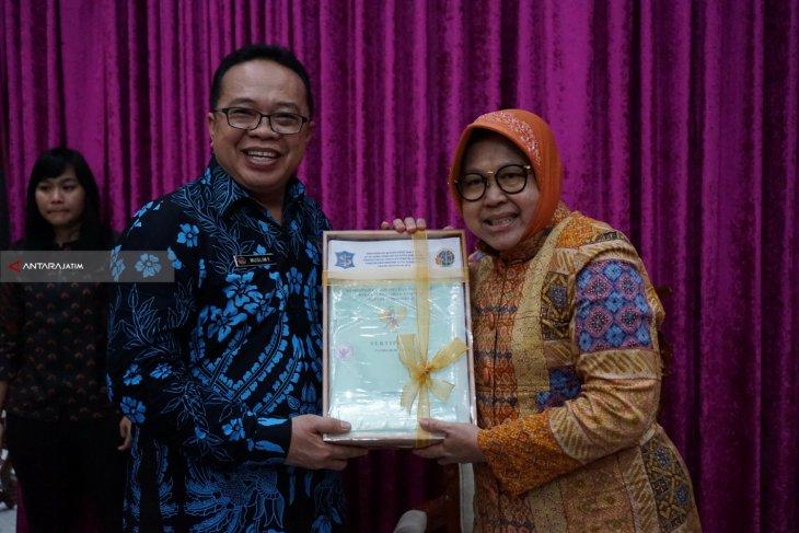 BPN Serahkan 87 Sertifikat Tanah Aset Milik Pemkot Surabaya
