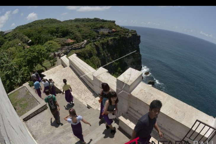 Pengelola wisata Uluwatu tanggapi foto tebing retak