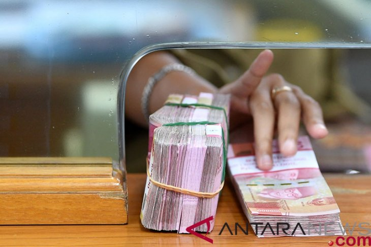 Rupiah falls again over weekend to reach Rp14,300 per dollar
