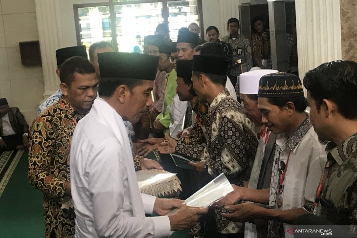 President distributes waqf land certificates in Cianjur to prevent disputes