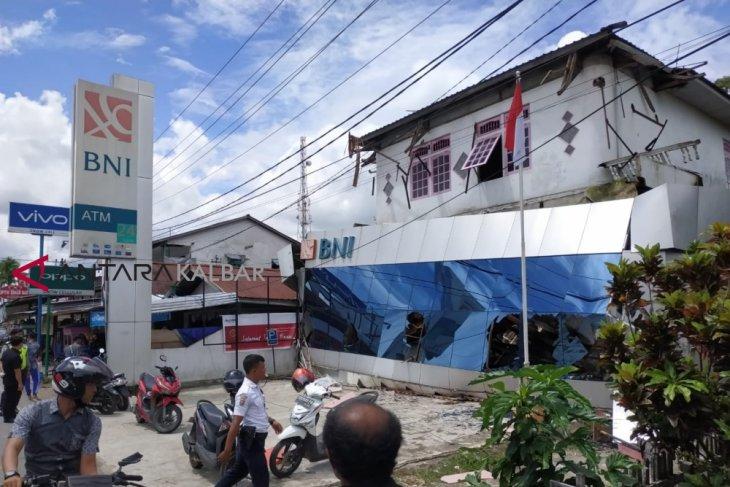 Kondisi bangunan yang sudah tua penyebab teras BNI ambruk
