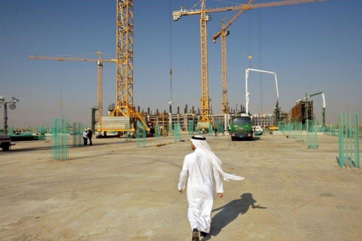 Harga minyak jatuh meski OPEC+ memperpanjang pemotongan produksi