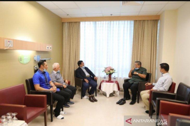 Prabowo Subianto jenguk Ani Yudhoyono di Singapura