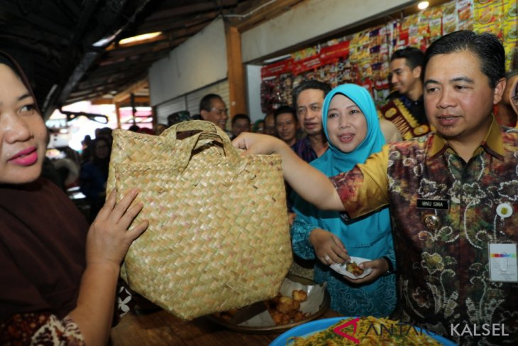Traditional market visitors support plastic reduction