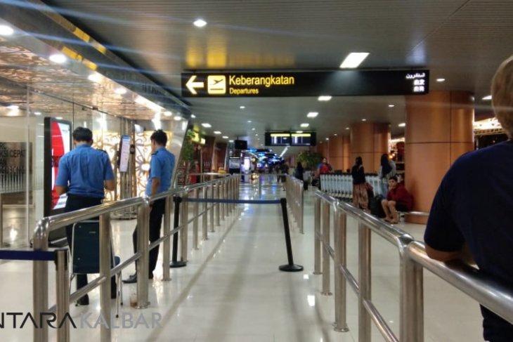 Petugas evakuasi Lion Air yang tergelincir