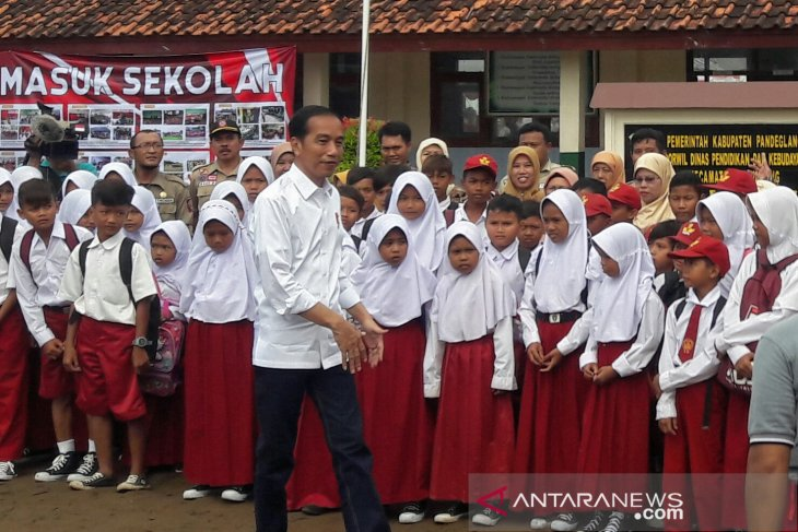 Jokowi converses with students on disaster mitigation education