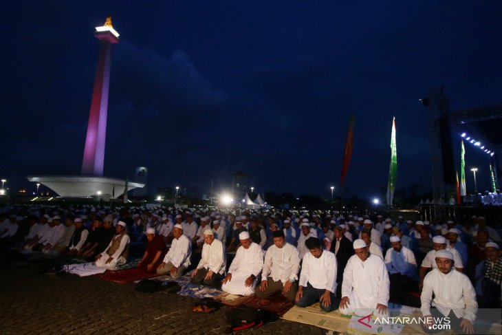 Thousands of Muslims gather in Jakarta to pray for Indonesia