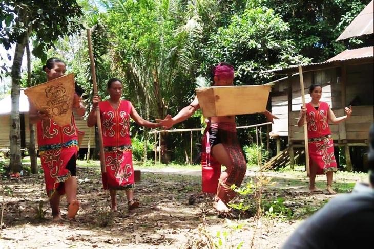 Kemenbudpar Kunjungi Tari Mualang Ngajat Lesong di Maboh Permai