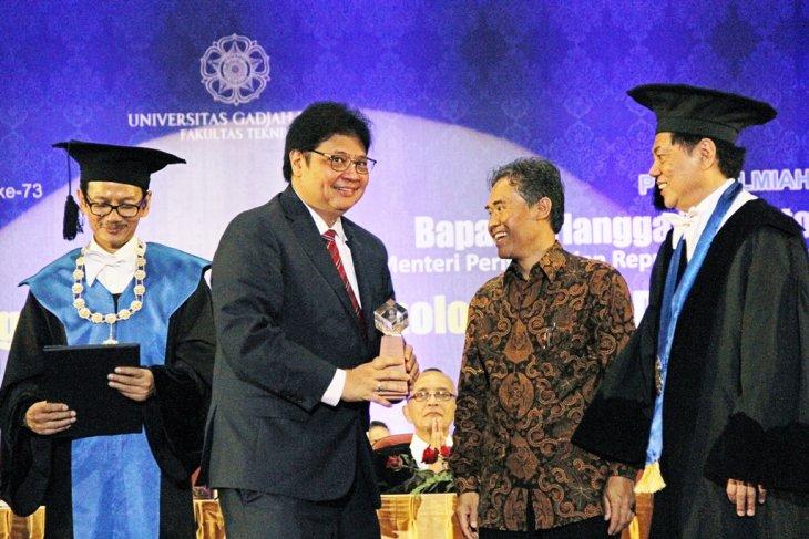UGM confers Herman Johannes Award on industry minister