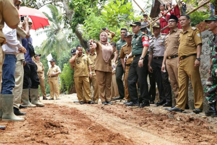 TMMD Bangun Jalan Desa di Pandeglang