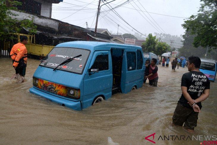 Four killed in Manado flooding, landslide