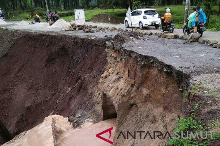 Longsoran di Tanah Jawa Simalungun semakin meluas, ruas jalan terancam putus