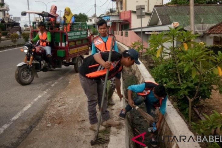 Pemkab gotong royong bersihkan sampah di Muntok
